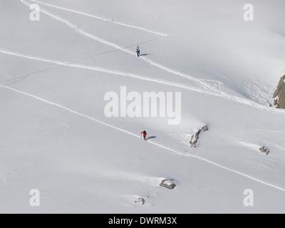 Les touristes de ski qui monte Banque D'Images