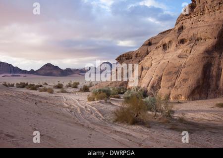 Le désert de Wadi Rum au sud de la Jordanie est vu au coucher du soleil le 25 mars 2011. Banque D'Images
