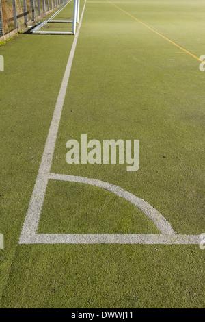 Marquage d'angle sur un terrain de football à 5. La hauteur est une surface de gazon synthétique.