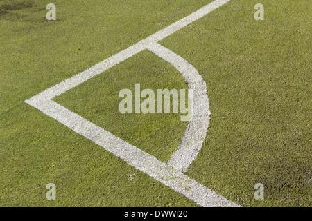 Marquages d'angle sur un terrain de football artificiel. Le terrain est une surface synthétique pour herbe.