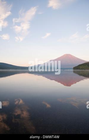 Reflet de Mt. Fuji dans le lac Yamanaka Banque D'Images