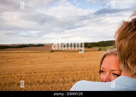 Portrait of young couple at field Banque D'Images