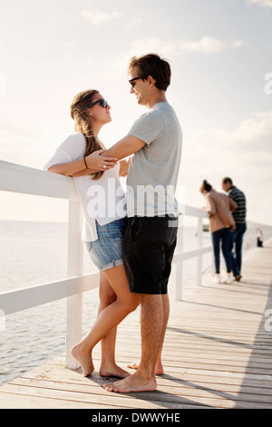 Vue latérale du young couple standing on pier Banque D'Images