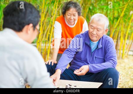 Les aînés jouent le jeu chinois traditionnel rendez-vous dans le parc Banque D'Images