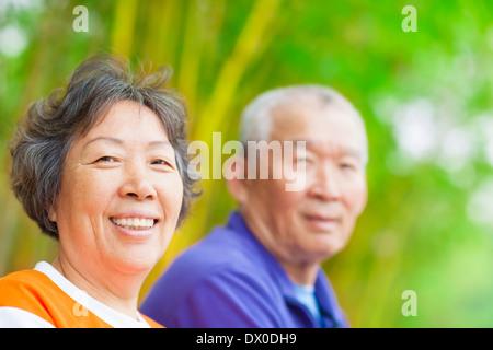 Happy Asian Senior couple dans le parc Banque D'Images