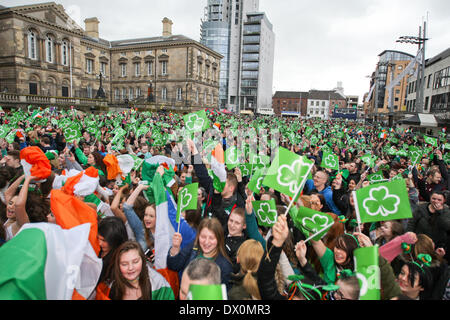 Belfast, Royaume-Uni 16 mars, 2014. Une grande foule se rassembler à Custom House Square Belfast, dans la célébration de la St Patrick's Day
