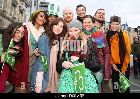 Belfast, Royaume-Uni 16 mars, 2014. Un groupe de touristes Célébrer la St Patrick's Day à Belfast