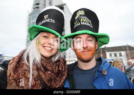 Belfast, Royaume-Uni 16 mars, 2014. Un couple célébrer St Patrick's Day à Belfast