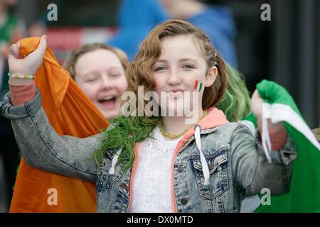 Belfast, Royaume-Uni 16 mars, 2014. Une jeune fille tient le tricolore irlandais pendant la Parade de la St Patrick à Belfast
