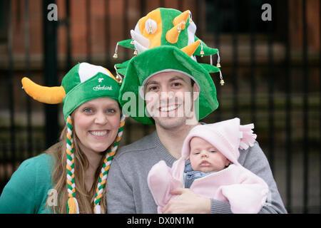 Belfast, Royaume-Uni 16 mars, 2014. Il y a un couple avec nouveau bébé fête St Patrick's Day Parade à Belfast