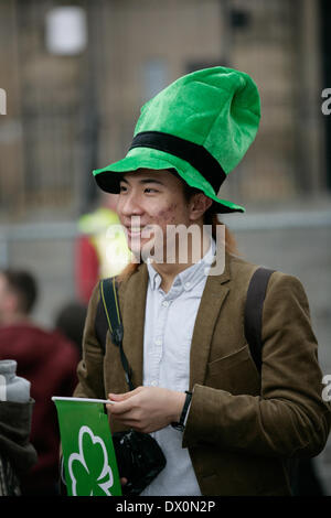 Belfast, Royaume-Uni 16 mars, 2014. Un touriste célèbre la St Patrick's Day à Belfast