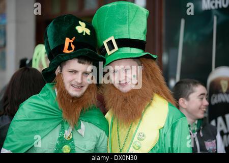 Belfast, Royaume-Uni 16 mars, 2014.Deux adolescents habillés en lutins sur St Patrick's day à Belfast