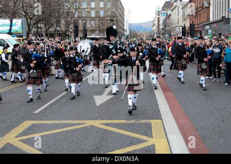 Belfast, Royaume-Uni 16 mars, 2014. Pipe Band à la tête de la procession à la St Patrick's Day Celebration à Belfast