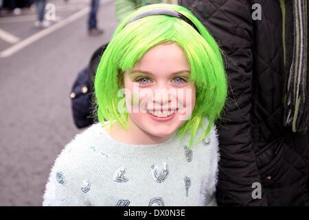Belfast, Royaume-Uni 16 mars, 2014. Fille avec perruque verte célèbre le jour de la St Patrick à Belfast