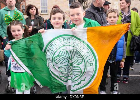 Belfast, Royaume-Uni 16 mars, 2014. Les enfants occupent une tricolore irlandais avec le Celtic Football Club à l'avant