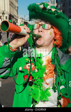 Une femme vêtue de couleurs irlandais au célèbre le jour de la Saint Patrick à Londres Banque D'Images
