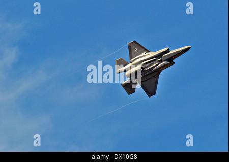 Un F-35 de l'US Air Force d'avions de combat interarmées aériennes mouches avant d'atterrir pour la première fois Banque D'Images