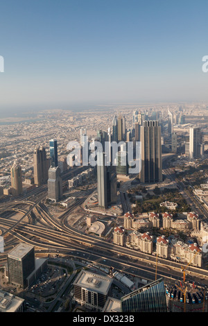 Vue de la ville de Dubaï et gratte-ciel à partir de la plate-forme d'observation au sommet, Burj Khalifa, DUBAÏ, Banque D'Images