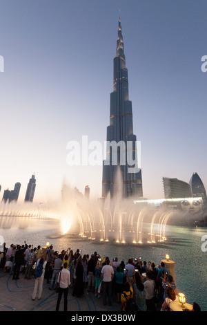 Dubai - Dubaï Burj Khalifa et fontaines au coucher du soleil, le lac au centre commercial de DUBAÏ, ÉMIRATS ARABES Banque D'Images