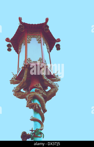 Chinatown rue chinois lampe lanterne avec des dragons, San Francisco, California, United States, image, low angle Banque D'Images