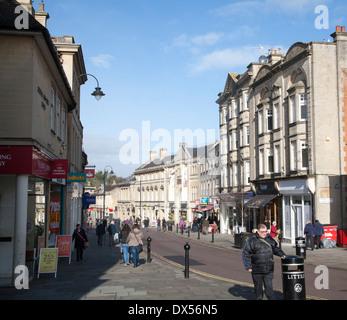 Boutiques et clients dans la rue principale de la ville de Chippenham, Wiltshire, Angleterre Banque D'Images