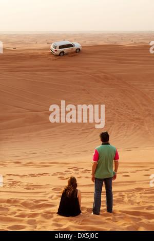 Un couple sur un Dubai Desert Safari tour maison de voyage, le désert d'Arabie, DUBAÏ, ÉMIRATS ARABES UNIS, Émirats Banque D'Images