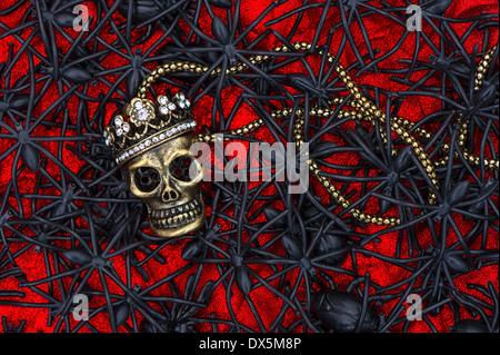 Crâne en sucre avec beaucoup d'araignée noire et asiatique sur fond rouge de l'halloween.