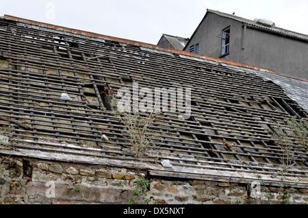 Toit de l'usine abandonnée dépouillé de ses carreaux. Banque D'Images
