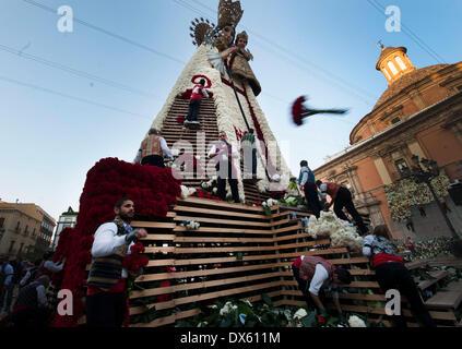 Valence, Espagne. 18 Mar, 2014. Les gens décorent la sculpture géante de la Vierge avec des fleurs pendant les Fallas Banque D'Images