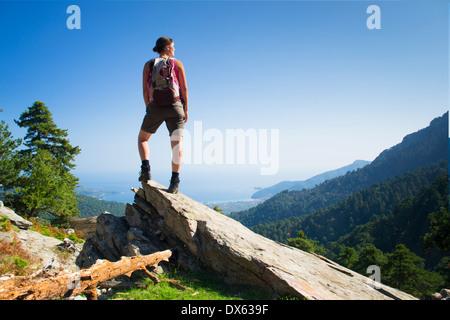 Belle jeune femme fit randonnées en montagne et profiter de la vue panoramique sur l'île de Thassos, en Grèce. Banque D'Images
