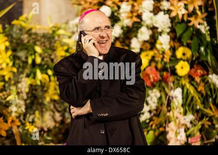 Valence, Espagne. 18 mars 2014: l'archevêque de Valence, Carlos Osoro, parle avec quelqu'un par téléphone mobile Banque D'Images