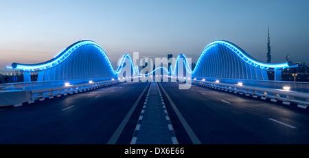 Architecture moderne pont éclairé à l'hippodrome de Meydan à Dubaï Émirats Arabes Unis Banque D'Images