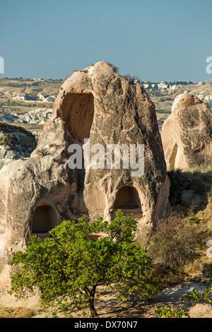 Logements en cheminées de fées, Red Valley, Cappadoce, Turquie Banque D'Images
