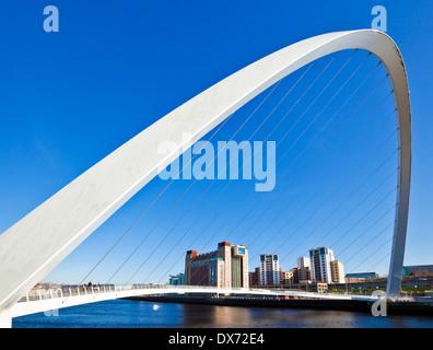 Gateshead Millennium Bridge over River Tyne Newcastle upon Tyne Tyne et Wear Tyneside, Angleterre Royaume-uni GB Banque D'Images