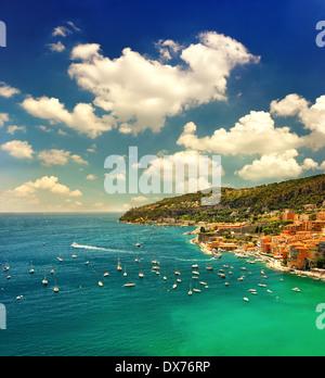 Magnifique coucher de soleil sur la mer méditerranée. Vue sur la baie et de villégiature de luxe de la Côte d'Azur. Banque D'Images