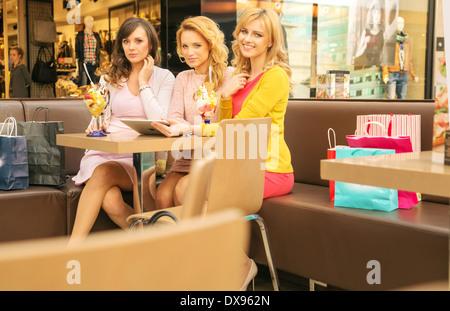 Trois superbes femmes dans le shopping mall Banque D'Images