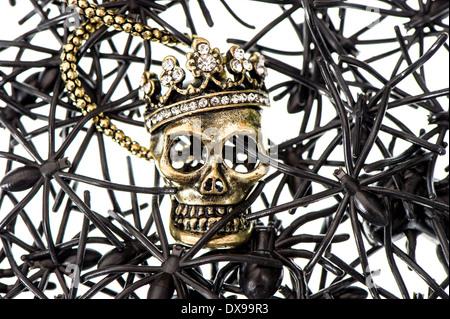 Crâne avec beaucoup d'araignée noire et asiatique. halloween background