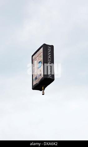 Financial Times 'Tablet' Ballon à la 35e UK Bristol Balloon Fiesta à l'Ashton Court Estate Lancement du soir