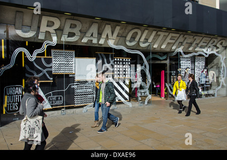 ... vêtements de mode Urban Outfitters à Liverpool One. Corporation  Shoppers à pied par le magasin Urban Outfitters sur Princes Street à  Edimbourg. Banque 37477c06f033