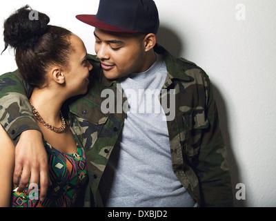 Portrait of a young couple ensemble à l'un l'autre sur fond gris. Jeune homme et femme dans l'amour. Banque D'Images