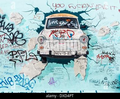 La East Side Gallery, Berlin, Allemagne, Europe - la célèbre voiture Trabant murale sur le mur de Berlin Banque D'Images