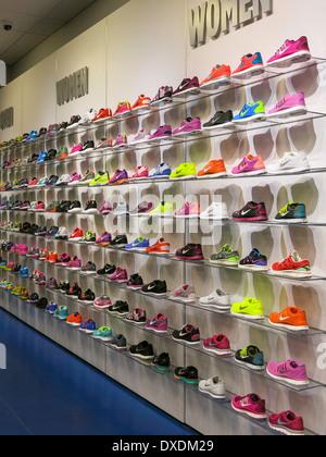 Plaza Locker Sport Chaussure De International Foot Tampa Mur nPq7pwHv