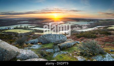 Un printemps précoce le lever du soleil, face à une mosaïque de champs et de collines à Helman Tor un éperon rocheux de m robuste