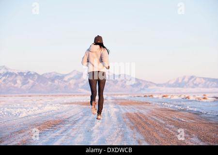 Vue arrière de la femme en marche en hiver paysage, Colorado, USA Banque D'Images