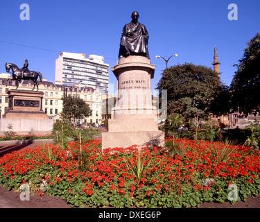 Statue de James Watt à george square Glasgow et statue de la reine victoria Banque D'Images