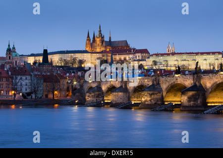 Le quartier du château, Habour et le Pont Charles sur la Vltava au crépuscule, Prague, République Tchèque Banque D'Images