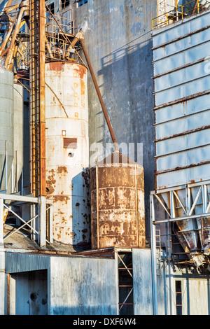 Contexte industriel - extérieur de l'ancien de l'élévateur à grain abandonnées avec les tuyaux, conduits, les échelles Banque D'Images