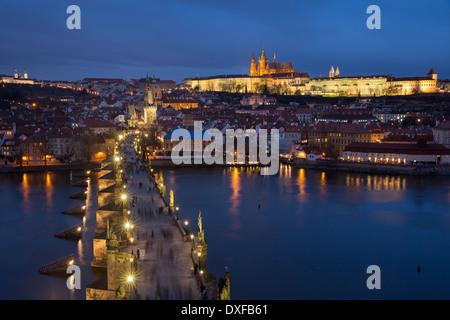 Le Pont Charles sur la Vltava au crépuscule avec le quartier du château et de la Cathédrale St Vitus au-delà de Prague République Tchèque
