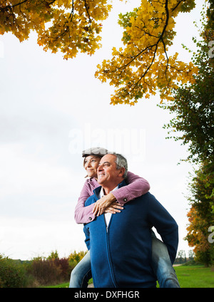 Man giving Woman Piggyback Ride, Mannheim, Baden-Wurttemberg, Germany Banque D'Images