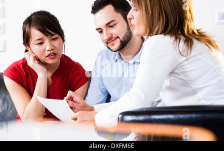 Businesswoman en discussion avec de jeunes couple, Allemagne Banque D'Images